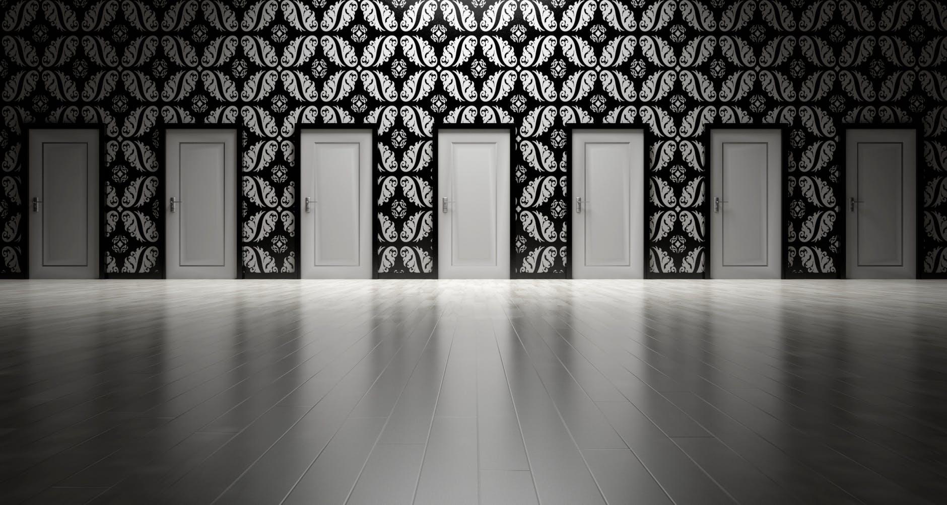 7 dverí