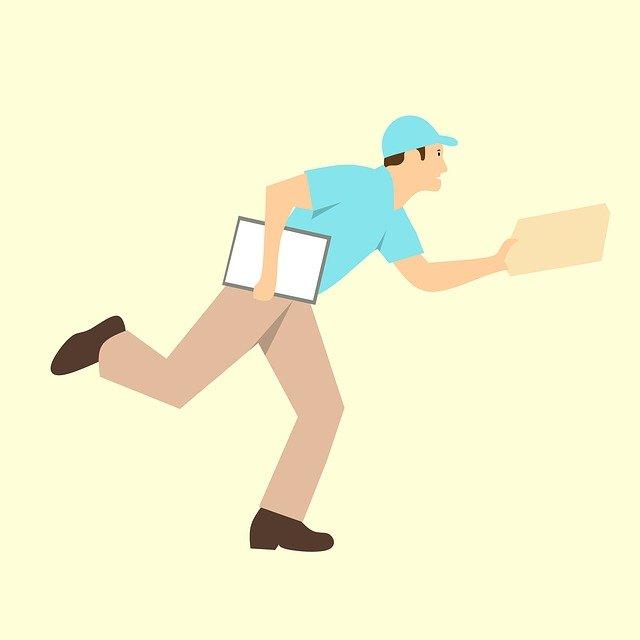 Bezpečne zabalená zásielka vpevnej plastovej obálke