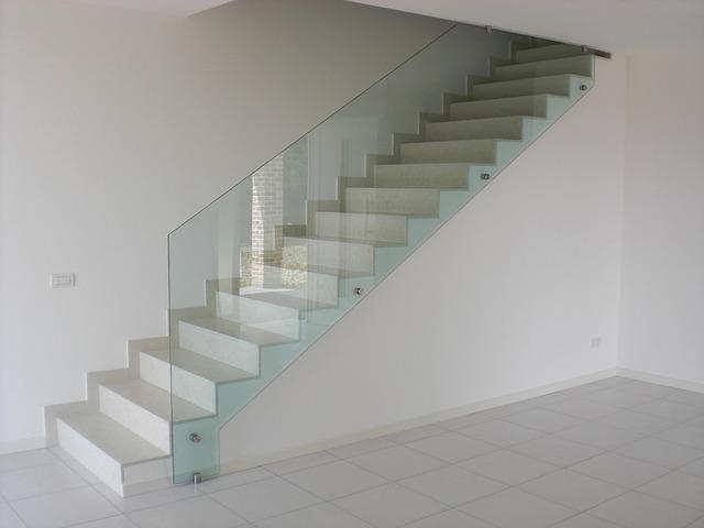 Sklo sa stáva znakom elegantných a moderných interiérov