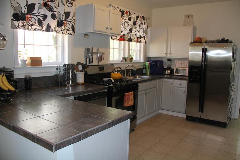 Kuchyňa, skrinky, chladnička.jpg