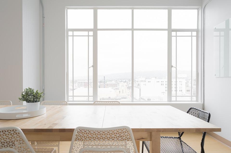 okná, stôl a stoličky